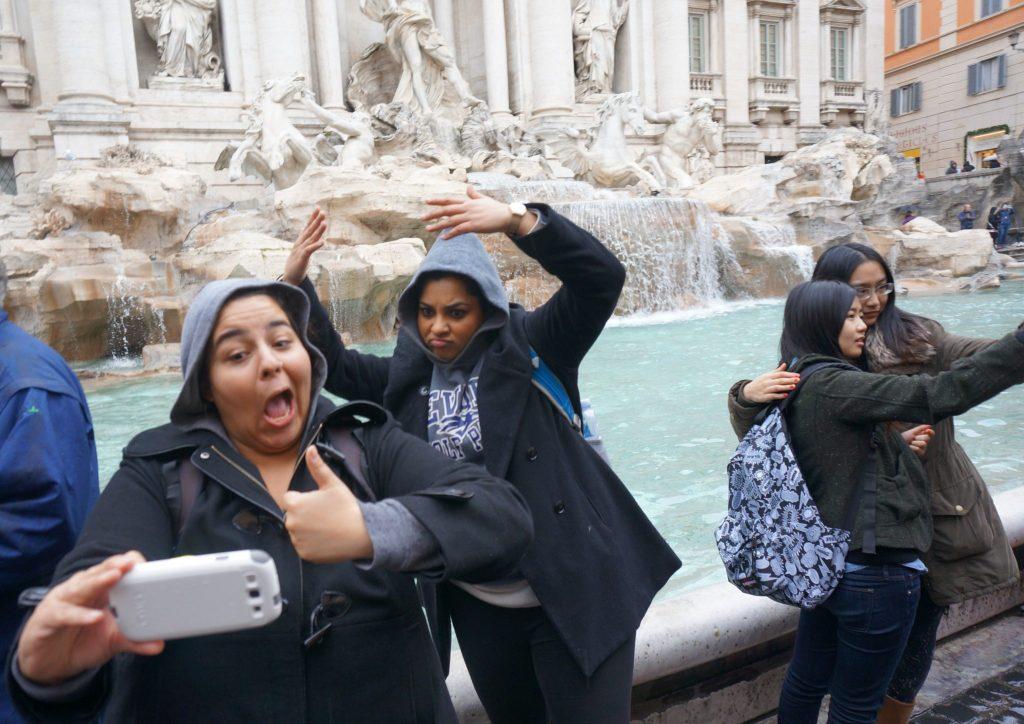 Torino Fontana de Trevi selfie (Amrit Goraya) pd
