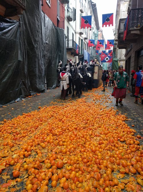 The start to the orange throwing battle in Italy