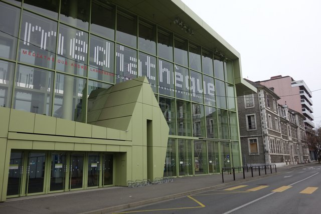 Multimedia library in Pau