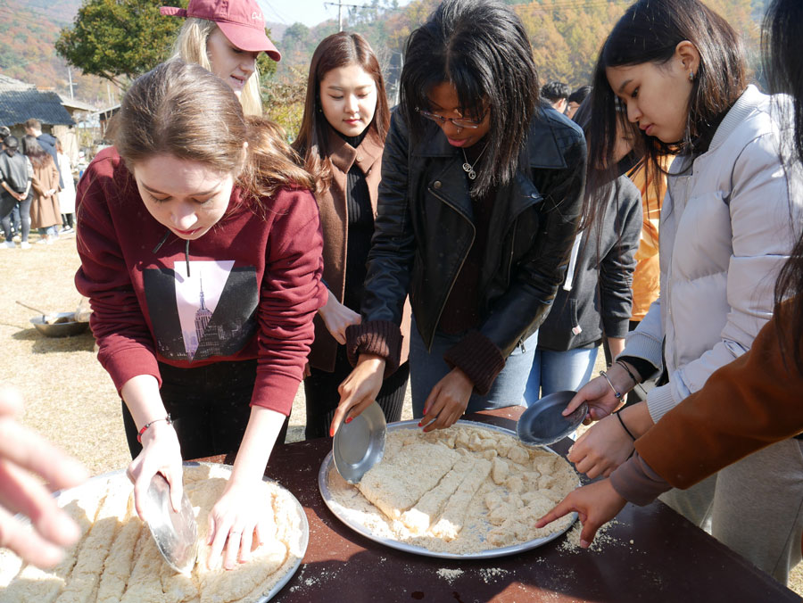 Students making Korean Glutinous rice cakes
