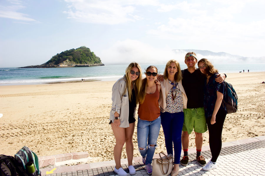 Students who are studying abroad stop for a picture on the beach in San Sebastián