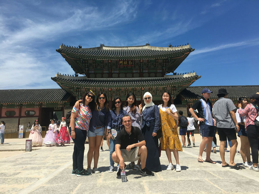 USAC Korea students explore Seoul city with friends