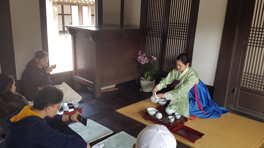 USAC students participate in Tea Ceremony during Tea World Culture class