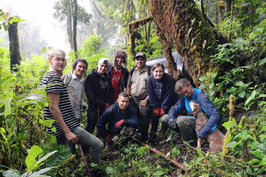 Students in Heredia, Costa Rica volunteer during a study abroad